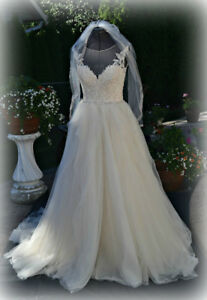 Brand new wedding dress size 6 and Veil, never worn.