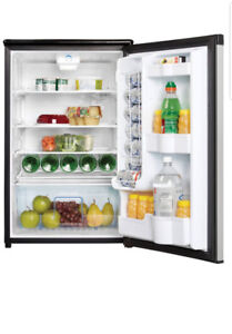 Mini frigo Danby Designer mini fridge. Looks brand new.