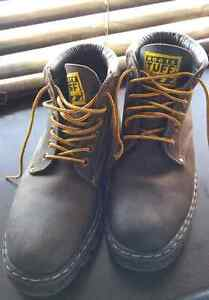 ROOTS TUFF BOOTS SIZE 9.5 IN EXCELLENT CONDITION