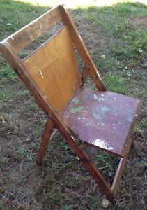 Table bistro en bois 1940 avec chaises pliantes Saint-Hyacinthe Québec image 3