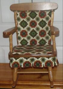 Chaise berçante pour enfant avec ses coussins d'origine