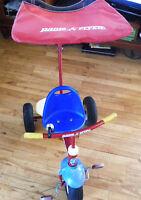 Tricycle avec poignée dirigable