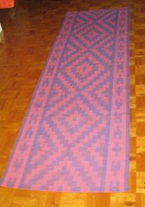 Petits tapis de couloir tissés à l'état neuf