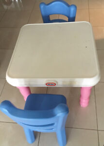 Kids table with 2 chairs - table enfants 2 chaises