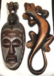 Décorations en bois (masque et lézard)