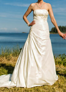 David's Bridal Wedding Dress (Size 6) in mint condition!