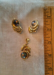 Gorgeous 18Kt Gold & Black Pearl Pendant and Earring Set