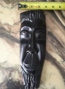 Masque artisanal en bois d'ébène.Sculpté à la main.