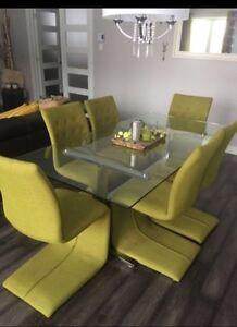 8 chaises spring de chez structube et table en vitre