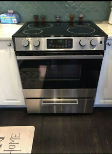 Mint condition Slide in smooth glass top Stove for sale