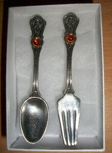 Bijoux, broche décorative, fourchette et cuillère