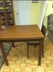 Kitchen table + 4 chairs( dining room set)