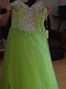 PRICED TO SELL ** NEVER WORN *** Lime Green Prom Dress Size 18