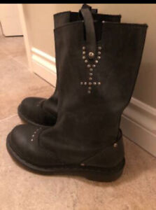 Sz 7 Black leather with cross studded doc martens boots