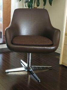 Chaise vintage de 1968 fabriquée au Canada.