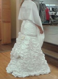 gorgeous and romantic french ruffled wedding gown with veil! Windsor Region Ontario image 4