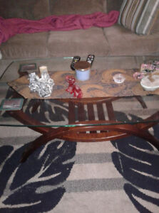 Coffee table with 2 end tables, Two stereo speakers, 4 chairs