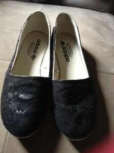 Adidas flat shoes new conditions, black London Ontario image 4