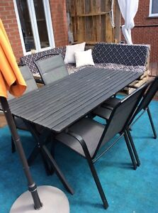 Table et chaises de patio - Disponible à la mi-juin