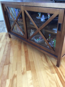Tv stand mint condition holds 55 inch as seen