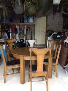 Beautiful Solid Oak Dining Table & 6 Chairs