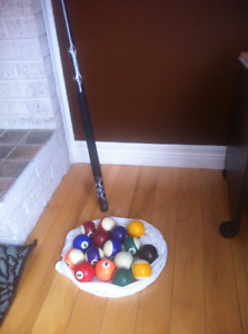 Pool cue and set of balls