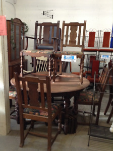 BEAUTIFUL ANTIQUE WOOD TABLE W/ 6 CHAIRS AND 4 LEAVES