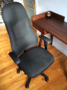 Fauteuil, chaise de bureau en tissus noir, modèle exécutif