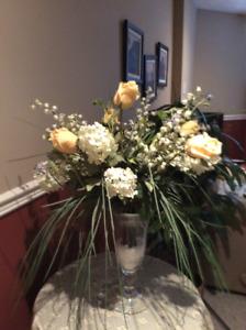 Vase en verre avec fleurs en tissu