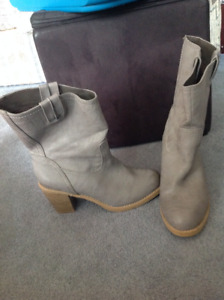 Gently Used Old Navy Boots size 8