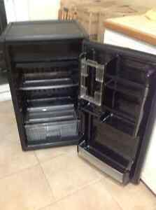 Small fridge needs repairs $20.00 West Island Greater Montréal image 2