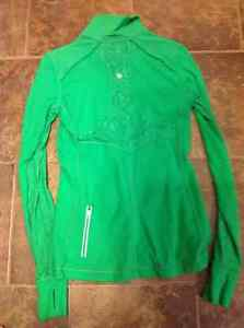 Lululemon 6 or 8 top immaculate condition Strathcona County Edmonton Area image 2