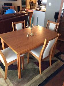 Tv stand kijiji free classifieds in winnipeg find a for Dining room tables kijiji winnipeg