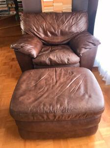 Fauteuil et repose-pieds en cuir brun-noir