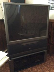 Téléviseur à projection de marque Toshiba avec support armoire
