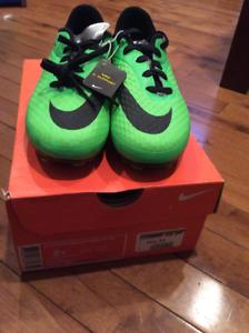 Chaussures de soccer neuves grandeur 2