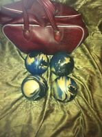 Set 4 bowling balls and leather carying case