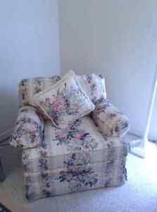 Beautiful Smitty's Floral Couch and Chair Kitchener / Waterloo Kitchener Area image 2