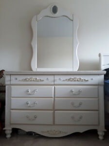 Beautiful Vintage Stlye White Bedroom Furniture