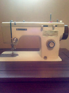 Omega sewing machine with table/ manchine à coudre avec table