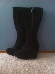FAST SALE- MOVING TODAY- SIZE 8 WOMANS BOOTS