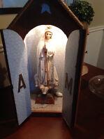 Statue de Fatima avec un coffret de bois.