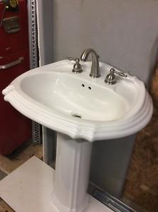 Lavabo sur pied avec robinet - Pedestal sink with faucet