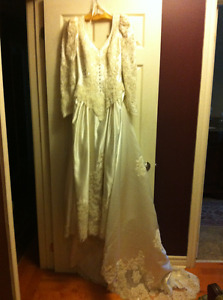 Beautiful for Spring, or fall- Wedding Dress and Tiara w/veil