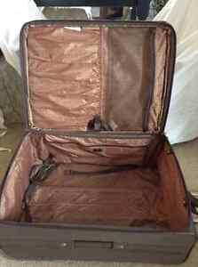 Liz Claiborne 30 inch suitcase West Island Greater Montréal image 8