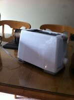 Toaster black and decker new white 20$