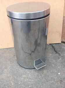 STAINLESS STEEL GARBAGE CAN WITH OUTOMATIC FOOT OPPENER Oakville / Halton Region Toronto (GTA) image 1