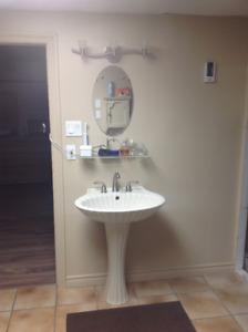 Lavabo sur pied - robinet - tablette - miroir - luminaire