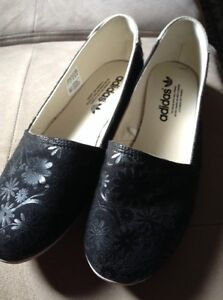 Adidas flat shoes new conditions, black London Ontario image 2