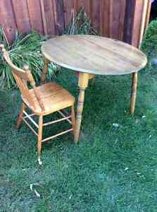 Round table and two,chairs Kawartha Lakes Peterborough Area image 1